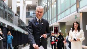 Presidentkandidaten Gitanas Nauseda och hans fru Diana Nausediene då de förtidsröstade i fredags i Vilnius.