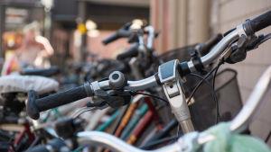 bild på parkeraqde cyklar