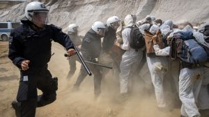 Polisen slår till mot miljöaktivister i brunkolsgruvan i Garzweiler i västra Tyskland.