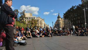 Protesterande studenter håller stormöte på ett torg i Barcelon