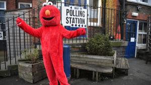 Elmo från Sesam under brittiska valet i december 2019.