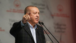 Turkiets president Recep Tayyip Erdogan håller tal.