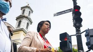 Muriel Bowser, borgmästare i Washington DC, sbeslöt att ett centralt gatuavsnitt skulle döpas till Black Lives Matter Plaza som en solidaritetsyttring till afroamerikaners rättigheter i USA.