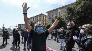Arbetslösa protesterar i Neapel.