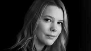 Julia Grannas i ett svartvitt porträtt.