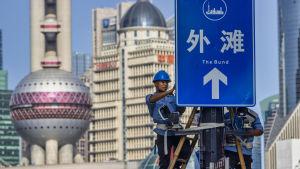 Övervakningskameror installerades på den berömda Bund-gatan i Shanghai i augusti 2020.