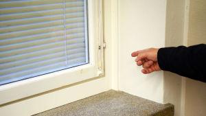 Finger pekar på ett fönster.