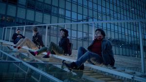 Jönssonligan på ett glastak under en kupp.