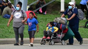 En invandrarfamilj från Honduras på väg mot USA.