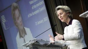 Ursula von der Leyen står i en talarstol.