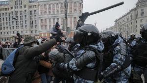 Polis tar till våld mot demonstranter i Ryssland.