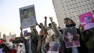 Personer demonstrerar.