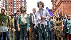 Deomnstranter strax innan bråket i filmen The Trial of the Chicago 7.