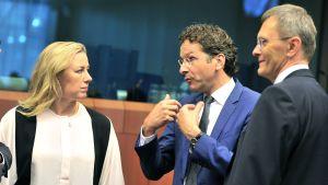 Jutta Urpilainen med finansministerkolleger från Holland och Lettland i Bryssel den 5 april 2014.