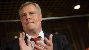 SDP:s ordförande Antti Rinne är sammanbiten efter det dåliga valresultatet.