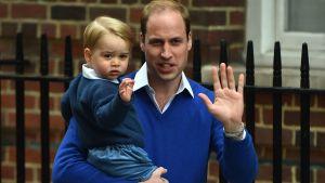 Prins William med sin son, lillprinsen George utanför sjukhuset St Marys den 2 maj 2015.
