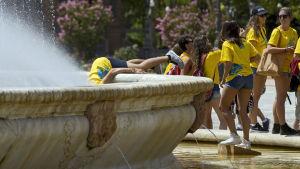 Studerande svalkar sig i 40-gradigt Sevilla