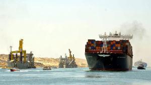 Fartyg som provåker den nya Suezkanalen.