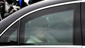 Angela Merkel anländer till Istanbul för att bland annat träffa Turkliets premiärminister Ahmet Davutoglu.