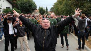 Anhängare till nynazistiska LSNS då de försökte riva romers bostäder i sydöstra Slovakien i september 2012