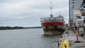 Den nederländska båten Lauwersborg förtöjd vid Fortums kajplats i Ingå hamn.