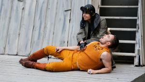 Shere Khan (Joonas Vartiainen) och Tabaqui (Magnus Engström) på Lurens sommarteater.