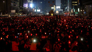 Mijoner sydkoreaner deltog i landsomfattande demonstrationer där man krävde att Park Geun-Hye avsätts. Den här kvällsdemonstrationen hölls i i början av mars i Seoul