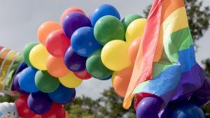 Färggranna ballonger och flaggor under Stockholm Pride 2017.