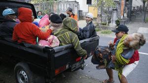Evakueringarna runt Gunung Anung intensifierades på måndagen.