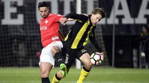 HIFK:s Xhevdet Gela och FC Honkas Joel Perovuo i närkamp.