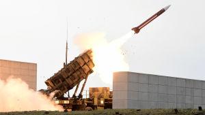 Luftvärnssystemet Patriot avfyrar en robot.