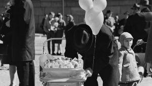 70-tal. Fader tittar in i barnvagn. Valborg.