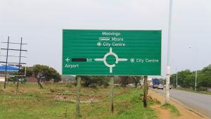 Flygplatsen brukade heta Harare International airport, men Robert Mugabe namngav fältet efter sig själv i början av november mitt i maktkampen mellan Grace Mugabe och Emmerson Mnangagwa