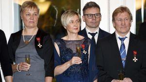 Satu Mäkelä-Nummela, Marjut Rolig, Janne Lahtela och Pertti Ukkola får sina ordenstecken.