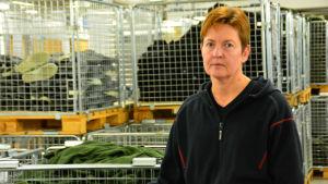 kvinna i lagerutrymme
