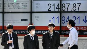 Värdet på aktierna på börsen i Tokyo sjönk genast med fem procent på tisdag morgon