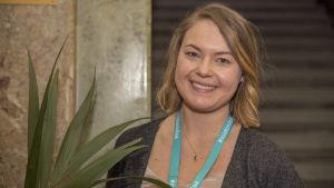 Kuvassa poseeraa IT-konsultti Josefin Reuter.