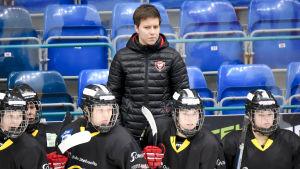 Kärpäts tränare Mira Kuisma ger råd åt sina spelare.