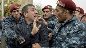 En oppositionsanhängare grips av polisen i Jerevan på lördagen 21.4.