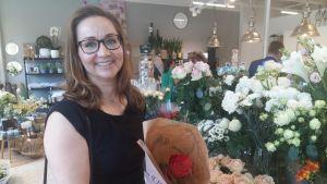 Johanna Gillberg har handlat rosor inför studentfesterna.