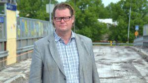 Teknisk direktör Jan Gröndahl på den gamla järnvägsbron i Karis.