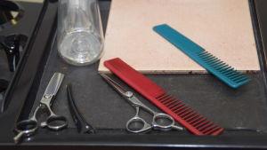 Saxar som man klipper håret med på en frisörsalong.