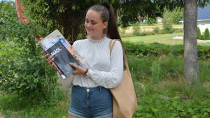 Eleonora Drifell i Korsholms gymnasium med några läroböcker.