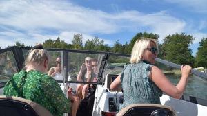 kvinnor i båt