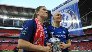 Maria Thorisdottir och Maren Mjelde med FA-cup pokalen 2017-2018.