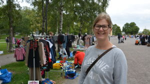 Jessica Petterson står i Kuppisparken vid loppisbord.