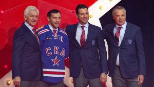 Gennadij Timtjenko, Pavel Datsiuk, Roman Rotenberg och Alexander Medvedev på scenen på hockeylaget SKA:s försäsongstillställning.