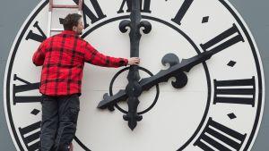 Tekniker jobbar med klockan på Lukaskirche i Dresden.
