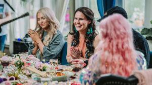 Evelina, Anne Mattila ja Ellinoora pöydän ääressä Vain elämää -ohjelmassa.
