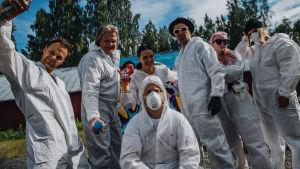 Vain elämää -ohjelman yhdeksännen kauden esiintyjät poseeraavat valkoisissa maalausasuissa.